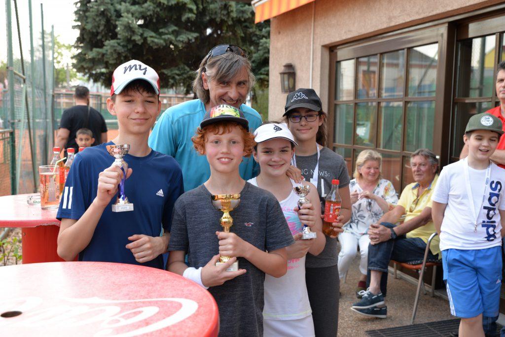 Kinder mit Pokal und Trainer