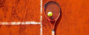 Tennisschläger auf Sandplatz